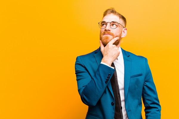 איש מחזיק סנטר עם חליפה כחולה על רקע צהוב